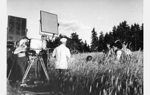 Juhanin ja Malviinaan kohtaamista elovainiolla valmistaudutaan kuvaamaan. Kameran takana kuvaaja Eino Heino, keskellä selin seisoo ohjaaja Valentin Vaala, oikealla Tauno Palo ja Kirsti Hurme.