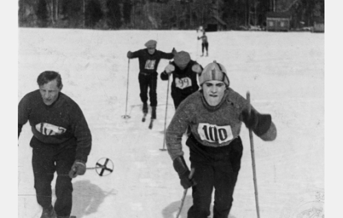 Karmasharjun kilpailut: Jussi (Viljo Hurme) oikealla.