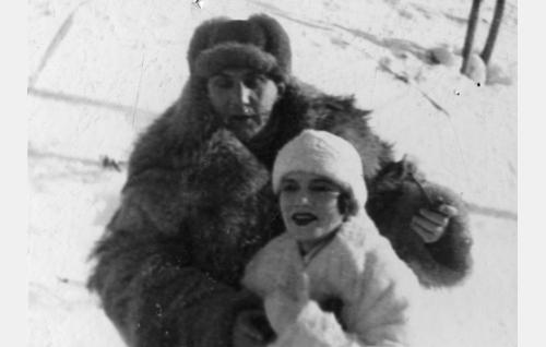 Raija Maurila (Anni Hämäläinen) ja urheiluvalmentaja Reima (Einar Rinne).