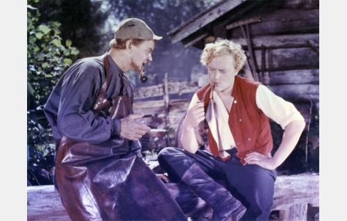 """Junnus, seppä  (Oiva Luhtala), Pentti Mäkinen, """"Mylly-Pentti""""  (Martti Kuningas)"""