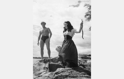 Birgit (Mirja Mane) on taikonut oksan käärmeeksi. Tapahtumaa todistavat  Kauko (Helge Herala) ja Greta (Hillevi Lagerstam).