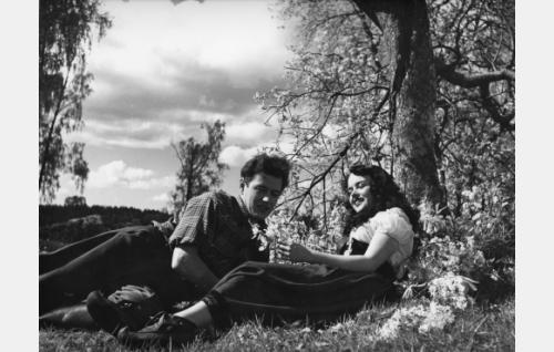 Veikko Hallberg (Sakari Jurkka) ja Birgit (Mirja Mane)