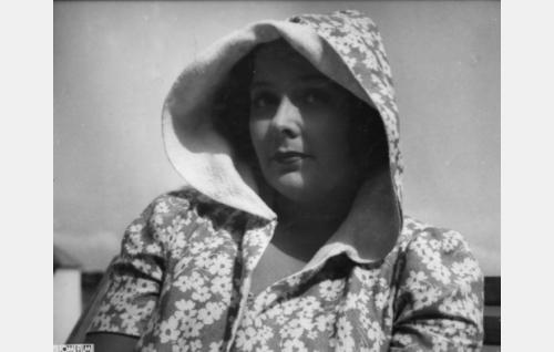 muotipiirtäjä Irmeli Majuri (Birgit Kronström)