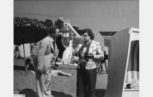 kirjailija Topi Jousi (Sasu Haapanen) ja rouva Majuri, muotisalongin johtajatar (Ruth Snellman)