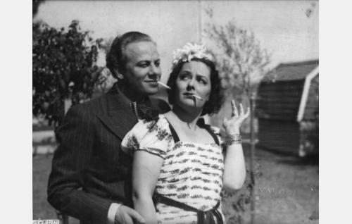 kirjailija Topi Jousi (Sasu Haapanen) ja muotipiirtäjä Irmeli Majuri (Birgit Kronström)
