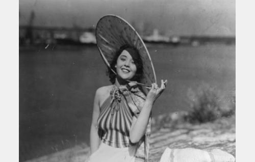 nainen kylpyrannalla (Nora Mäkinen)