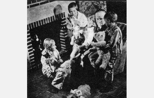 Markus-setä, Markus Rautio, takkatulen äärellä ympärillään Gunhild Nylund (vas.), Nora Sirkkunen, Berit Franck ja Tauno Tornivuori. Kohtaus on kuvattu ravintola Kalastajatorpan vanhan puolen aulassa.