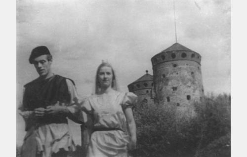 Halonhakkaaja (Jorma Uotinen) on saanut prinsessansa (Thea Kyander). Kohtaus on kuvattu Olavinlinnan maisemissa.
