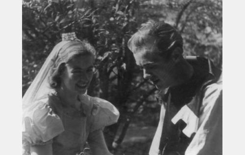 Prinsessa (Thea Kyander) ja halonhakkaaja (Jorma Uotinen). Thea Kyander oli vuoden 1933 Miss Kajaani, Jorma Uotinen kaatui Taipaleenjoella 9.12.1939.