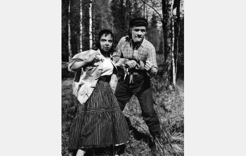 Baarityttö Maija (Aino-Maija Tikkanen) ja konstaapeli Hurja (Uljas Kandolin).