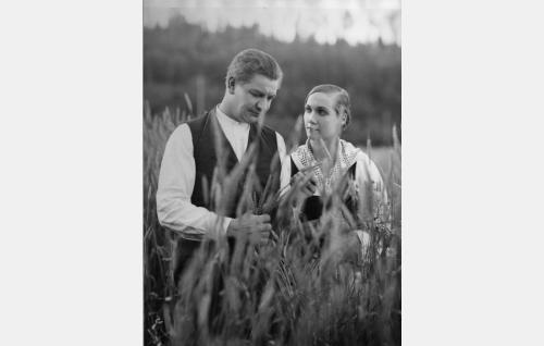 Korven Matti (Axel Slangus) on suorittanut asevelvollisuutensa, saanut torpan maineen omakseen ja Kertun (Birgit Sergelius) puolisokseen.