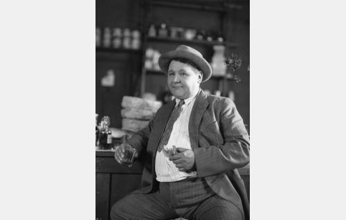 Kerttua havitteleva Matin kilpakosija Oikarilan Otto (Reino Wolanen). Wolanen tunnettiin oopperalaulajana.