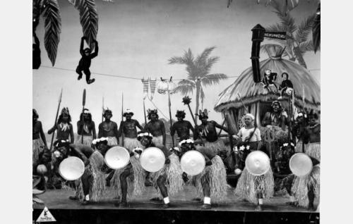 Reserviläisten kurssijuhlan Havaji-kuvaelma. Oikealla merimieslakkinen pursimies Pirske (Iivari Kainulainen).