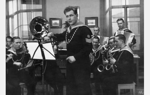 Meidän Maija -kappale soi sotilaskodissa. Georg Malmstén johtaa Zamba-orkesteria.
