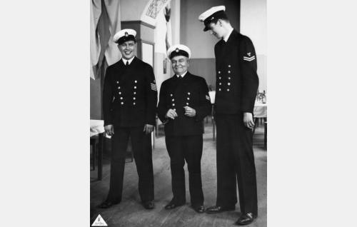 Merisotilaat valmiina tanssiaisiin: Georg Malmstén, Iivari Kainulainen ja Väinö Söderholm.