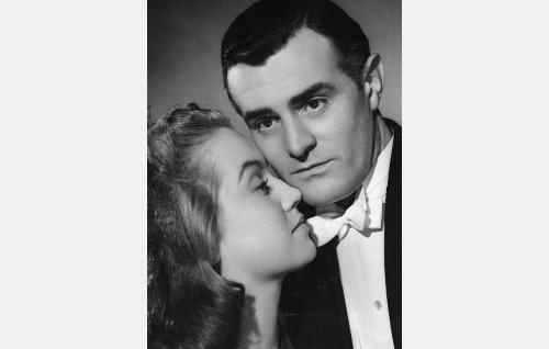 Rainer Leimu (Tauno Palo) ja hänen vaimonsa Lena (Ritva Arvelo).