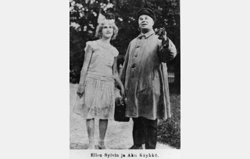 Irja (Ellen Sylvin) ja Yrjö (Aku Käyhkö).