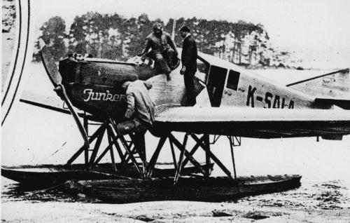 Elokuvan näyttämövarusteisiin kuului mm. Junkers-vesitaso.
