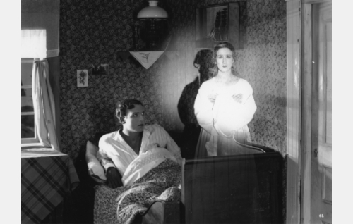 Kristoffer (Urho Seppälä) ja Renatan haamu (Kerstin Lagus).