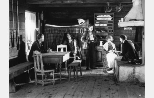 Hylkysaaren tuvassa Pentti (Kaarlo Kytö,vas.), Hylkysaaren Pauli (Axel Slangus), Lasse (Ilmari Unho), Henrika (Heidi Blåfield-Korhonen) ja Kristoffer (Urho  Seppälä).