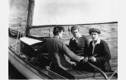 Ylioppilastoverukset purjehdusretkellä saaristossa: Lasse (Ilmari Unho,vas.), Pentti (Kaarlo Kytö) ja Kristoffer (Urho Seppälä).