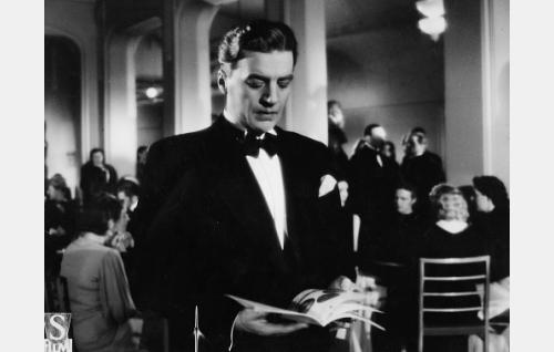 Elokuvan takauma vuodelta 1931: maisteri Kaarlo Auer (Joel Rinne).