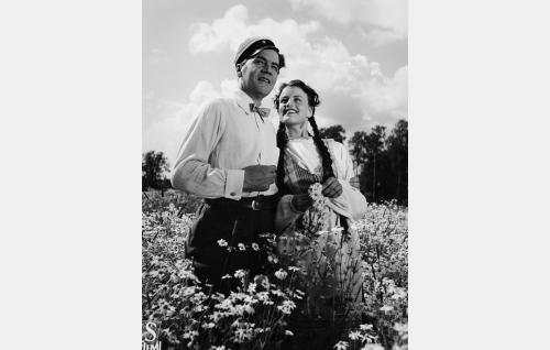 Elokuvan takauma kesältä 1914: Kaarlo (Joel Rinne) ja Liisa (Hanna Leino).