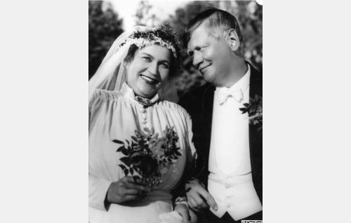 Emännöitsijä Amalia Oljander (Elsa Rantalainen) ja apteekkarin renki Tuomas Lukasson (Paavo Jännes).