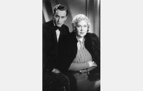 Leo Barring (Ekke Hämäläinen) ja hänen äitinsä everstinna Tyra Barring (Elsa Rantalainen).