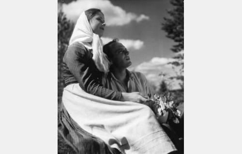 Lönnqvistin piika Hilda Lindfors (Etta-Liisa Kunnas) ja Aleksis Kivi (Rauli Tuomi).