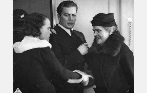 Marja Vehari, o.s. Paasisto (Maire Suvi), Raimo Vehari, ulkoministeriön virkamies (Joel Rinne), kotiapulainen Priskilla Paukkaja, ent. Packmanson (Hertta Leistén)