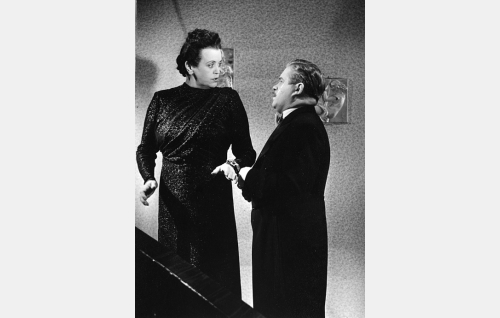 Lulu Roine (Eine Laine) ja hänen miehensä tohtori Arijoutsi Roine (Reino Valkama).