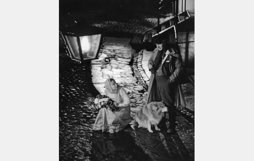 Maalaistyttö Alli (Aino-Maija Tikkanen) ja hänelle yösijan tarjoava mies (Eino Kaipainen).