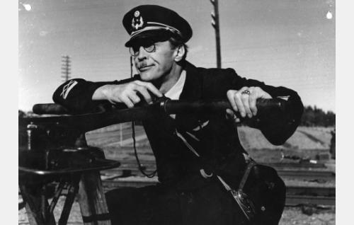Ohjaaja Jorma Nortimo junailijan roolissa.