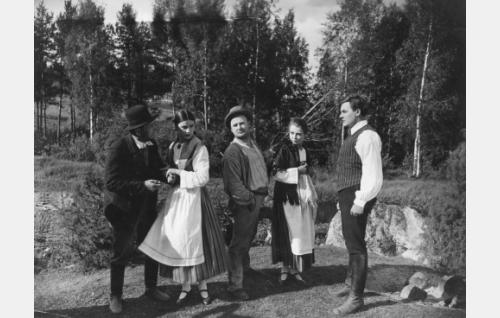 Keskinäisiä suhteita setvitään juhannusiltana: Ukonniemen isäntä (Kaarlo Saarnio) ja hänen tyttärensä Loviisa (Ester Roeck Hansen), Hoppulainen (Paavo Costiander), Heleena (Kaisa Leppänen) ja Niilo (Joel Rinne).
