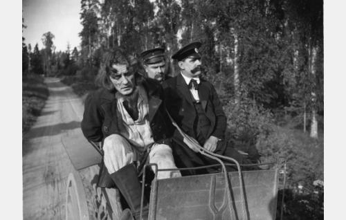 Murtovarkauden tunnustanut Penttula (Yrjö Somersalmi) vankirattailla. Kyytimiehenä viiksillä naamioitu Armas Fredman, vallesmanni on tunnistamatta.