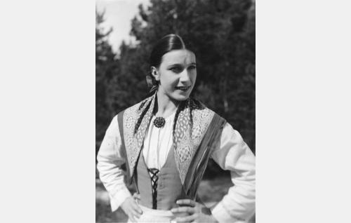 Ukonniemen Loviisa (Ester Roeck Hansen, ohjaajan puoliso).