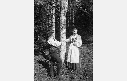 Niilo (Joel Rinne) ja Heleena (Kaisa Leppänen) yhteisen lapsuudenmuiston äärellä.