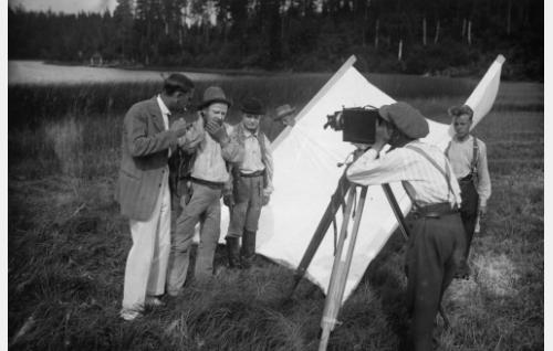 Harry Roeck Hansen (vas.) ohjaa Paavo Costianderia ja Waldemar Wohlströmiä. Kameran takana kuvaaja Frans Ekebom, oikealla seisoo kuvausryhmän jäsen Armas Valen (myöh. Vallasvuo).