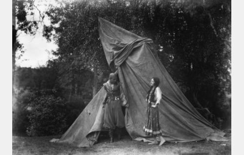Manjardo (Theodor Tugai) ja Akris (Hanna Taini).