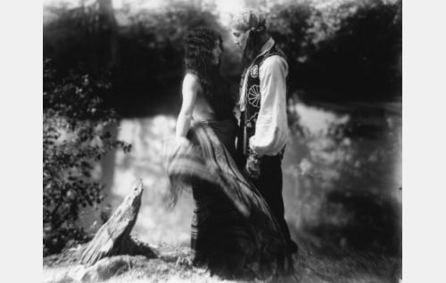 Hääperinteiden mukaisesti Esmeralda (Meri Hackzell) vaihtaa asuaan sulhasensa Manjardon Theodor Tugai) silmien edessä.