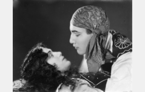 Esmeralda (Meri Hackzell) ja Manjardo (Theodor Tugai).