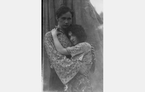 Feri (Bruno Laurén) ja Esmeralda (Meri Hackzell).