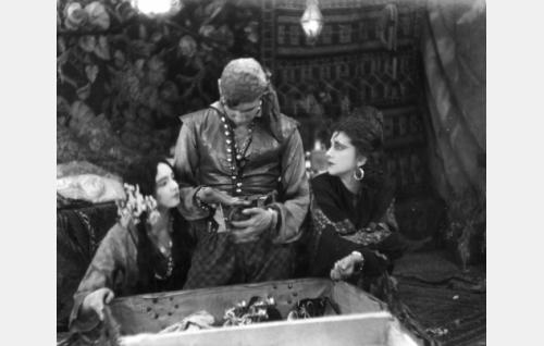 Akris (Hanna Taini), Manjardo (Theodor Tugai) ja Glafira (Alli Riks).