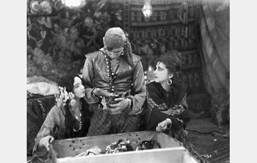 Akris (Hanna Taini), Manjardo (Theodor Tugai) ja Glafira (Alli Riks)