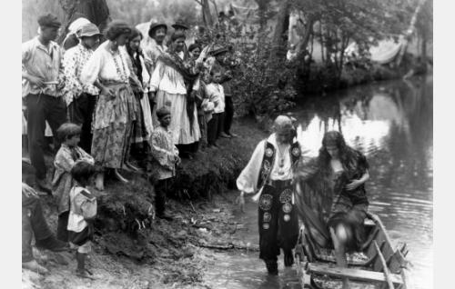 Manjardo (Theodor Tugai) ja hänen morsiamensa Esmeralda (Meri Hackzell). Törmällä romanien joukossa Glafira (Alli Riks) ja Akris (Hanna Taini).