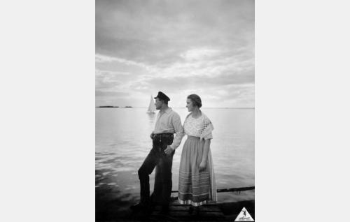 Myrskyluodon kalastaja Eerik Storm (Wilho Ilmari) ja hänen morsiamensa Kirsti Boman (Irja Lindström).