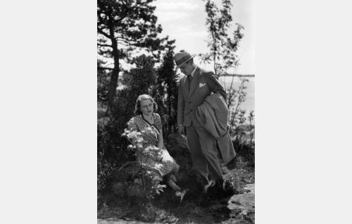 Helmin (Helena Koskinen) ja Heikin (Kaarlo Angerkoski) eron hetki.