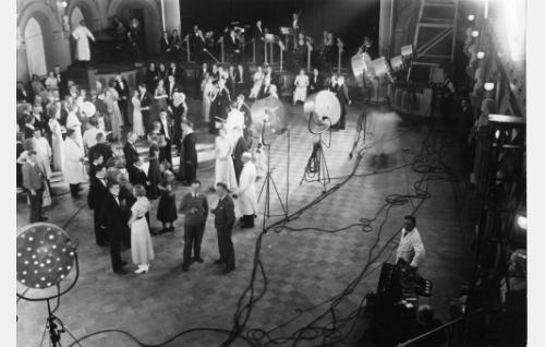 Elokuvan tanssiaiskohtausta kuvataan Helsingin Vanhan ylioppilastalon juhlasalissa.