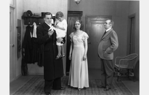 Lääkäri Antti Ahonen (Jalmari Rinne) vierailee Helmin (Helena Koskinen) kotona. Paikalla ovat myös Helmin isä, kamreeri Hirvinen (Einar Wichmann), ja pikkusisar Marja (tunnistamatta). Antti kehottaa perhettä menemään tuberkuloositutkimuksiin.